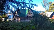 Большой новый дом в петле реки у соснового бора под Псковом