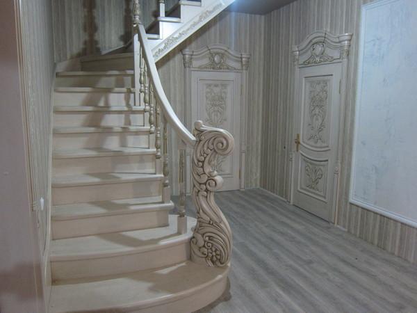 Лестницы деревянные из ясеня и дуба  изготовление на заказ | фото 1 из 6