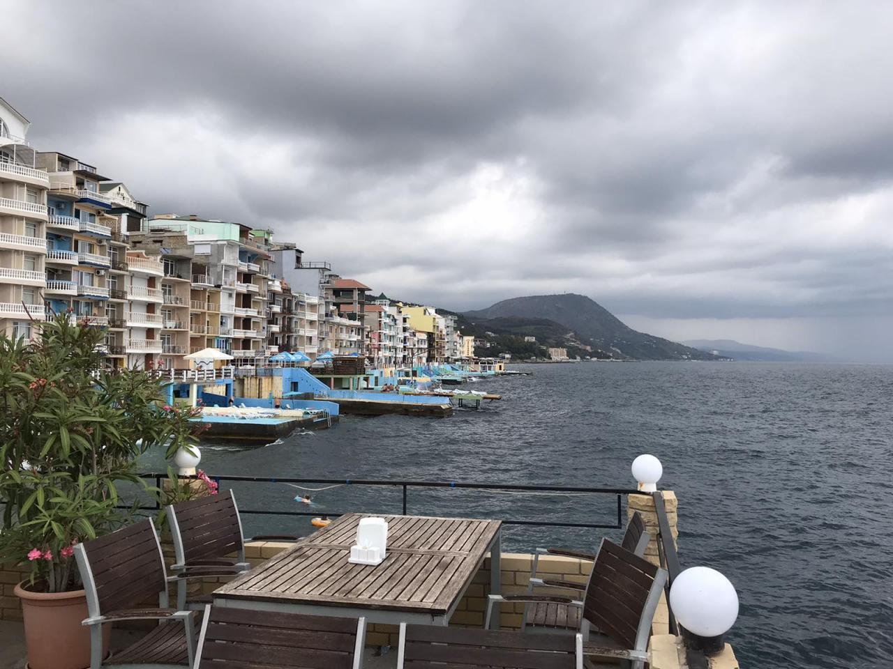 Продам виллу-отель на самом берегу Крыма. 255 м! 8 м до воды. Готовый бизнес под отель. Туристический курорт! | фото 1 из 6